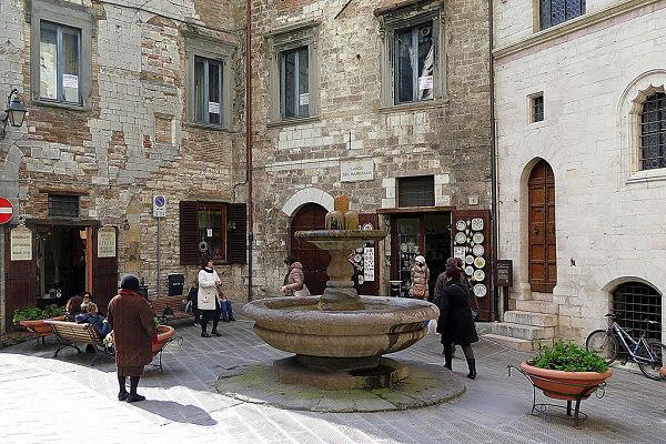 Gubbio, Fontana dei Matti
