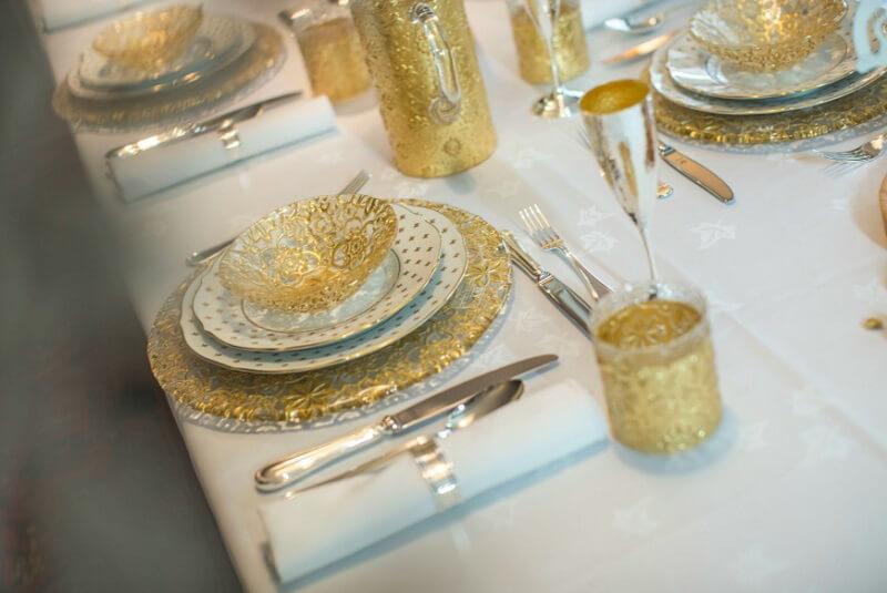 mise en place di capodanno richard ginori giglio bianco e arabesque ivv oro